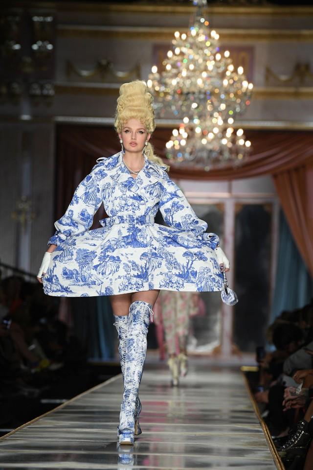 Irina Shayk và dàn mỹ nhân mặc váy lồng bàn trong show Moschino ảnh 22