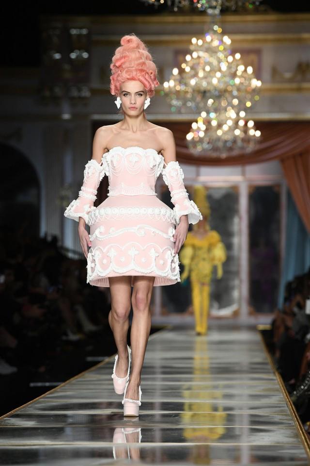 Irina Shayk và dàn mỹ nhân mặc váy lồng bàn trong show Moschino ảnh 25