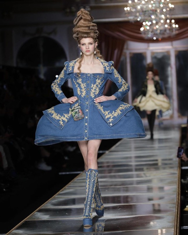 Irina Shayk và dàn mỹ nhân mặc váy lồng bàn trong show Moschino ảnh 28