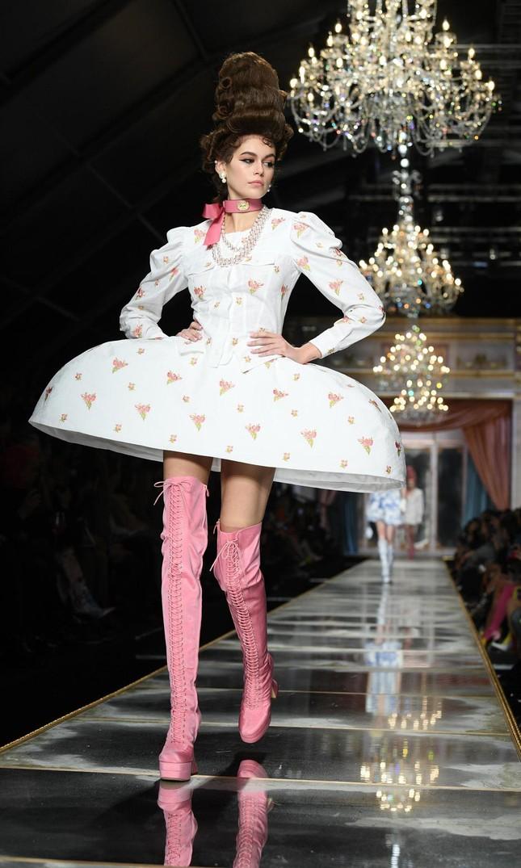 Irina Shayk và dàn mỹ nhân mặc váy lồng bàn trong show Moschino ảnh 15
