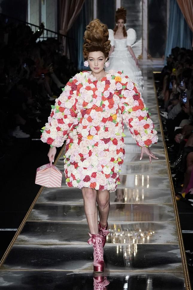 Irina Shayk và dàn mỹ nhân mặc váy lồng bàn trong show Moschino ảnh 5