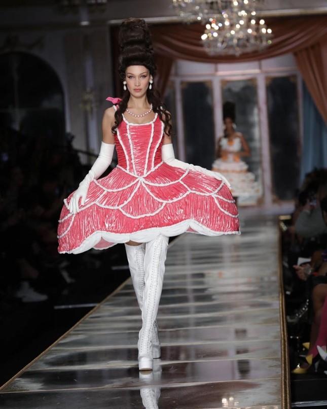Irina Shayk và dàn mỹ nhân mặc váy lồng bàn trong show Moschino ảnh 1
