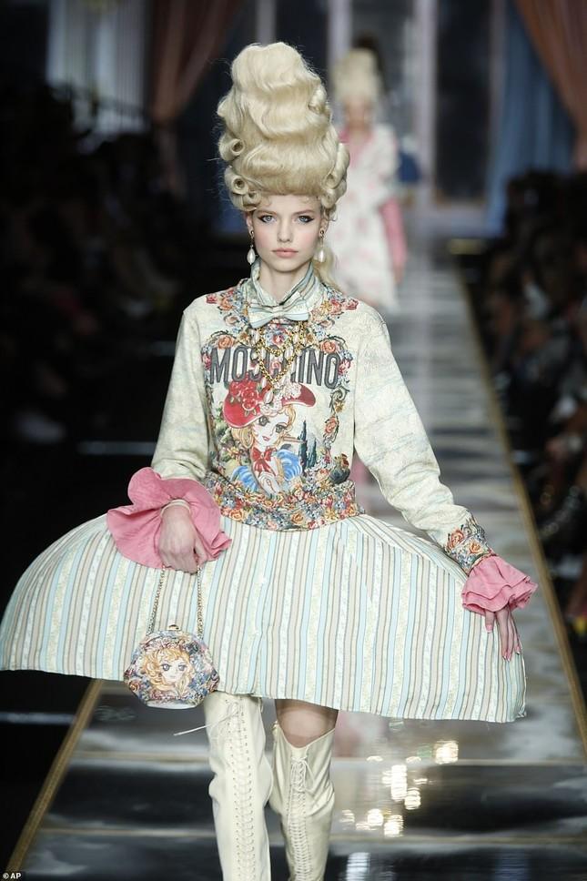 Irina Shayk và dàn mỹ nhân mặc váy lồng bàn trong show Moschino ảnh 24