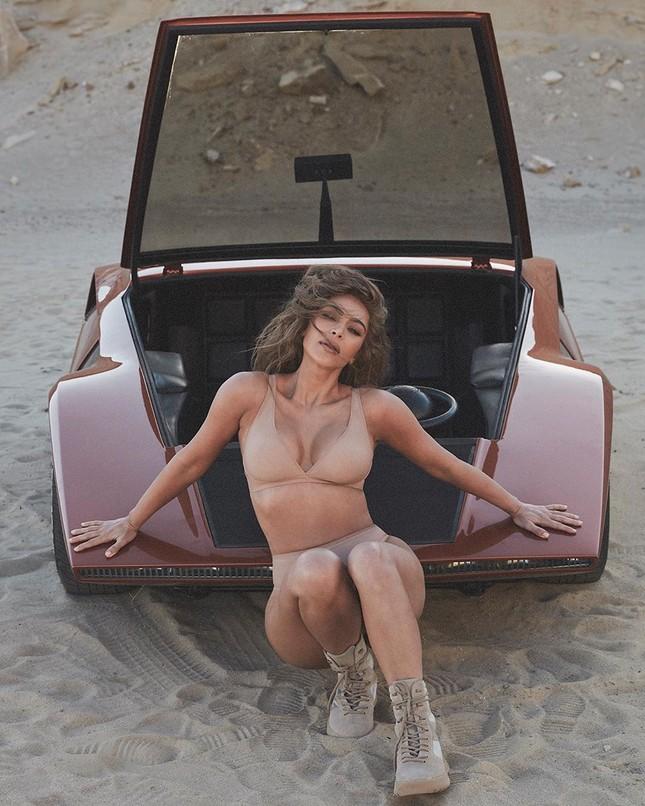 Kim Kardashian mặc nội y tạo dáng gợi cảm trên xe sang ảnh 6