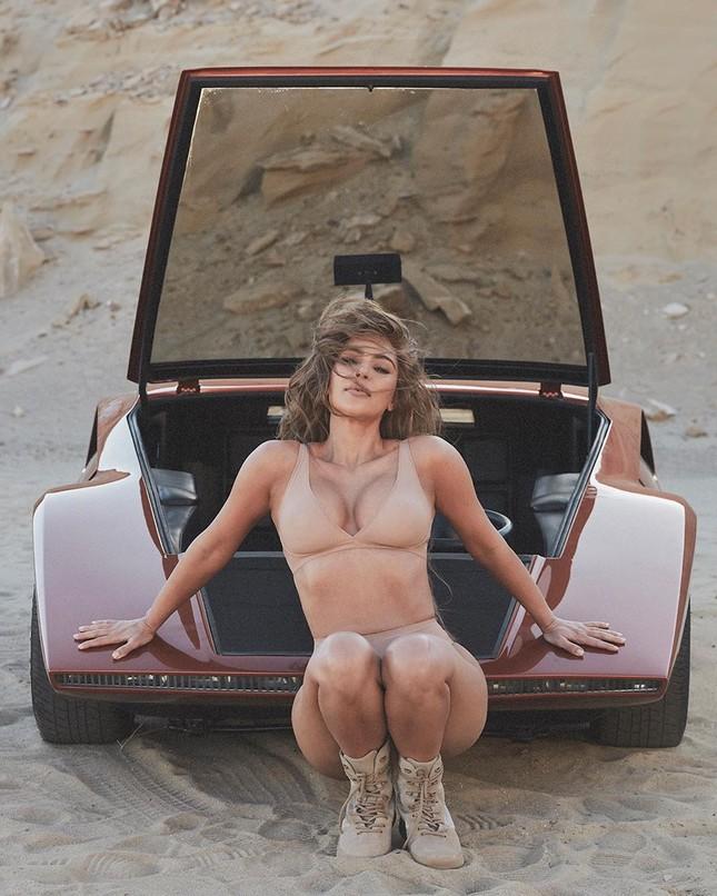 Kim Kardashian mặc nội y tạo dáng gợi cảm trên xe sang ảnh 7