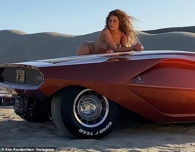 Kim Kardashian mặc nội y tạo dáng gợi cảm trên xe sang ảnh 2