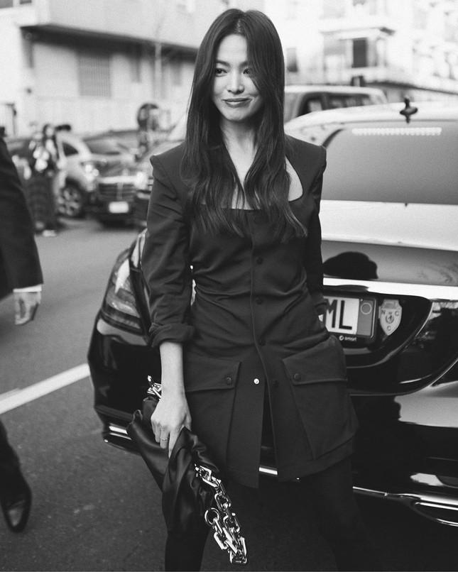 Song Hye Kyo 'tóc nâu môi trầm' sang chảnh ở Milan ảnh 1