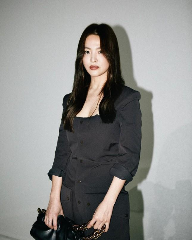 Song Hye Kyo 'tóc nâu môi trầm' sang chảnh ở Milan ảnh 2
