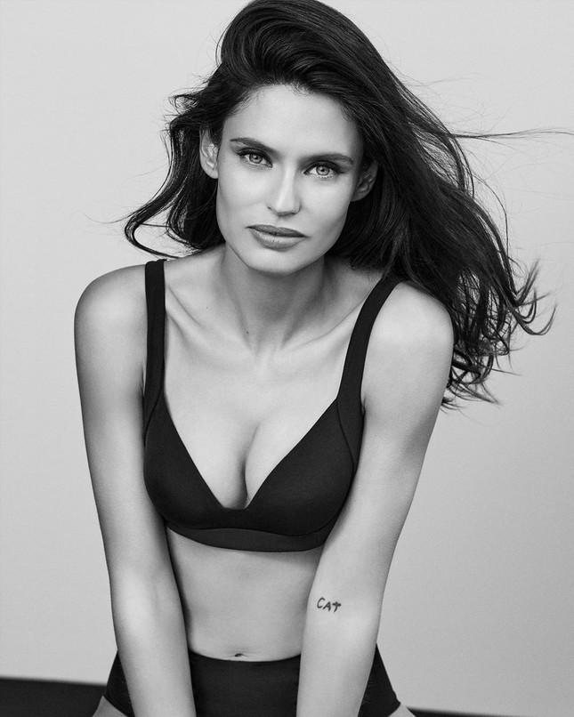 Siêu mẫu Ý Bianca Balti diện nội y tôn đường cong hấp dẫn ảnh 2