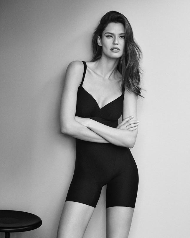 Siêu mẫu Ý Bianca Balti diện nội y tôn đường cong hấp dẫn ảnh 6