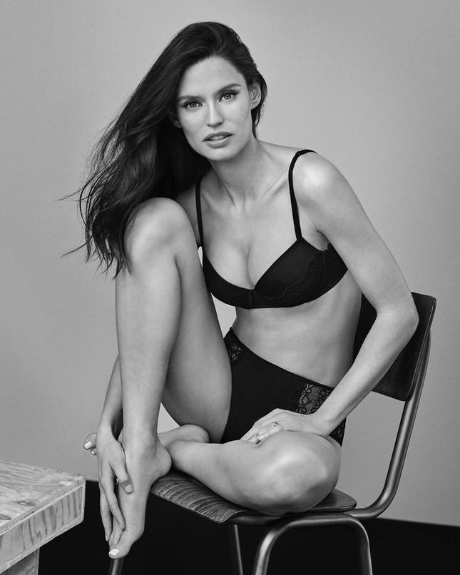 Siêu mẫu Ý Bianca Balti diện nội y tôn đường cong hấp dẫn ảnh 3