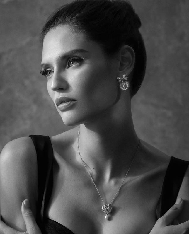 Siêu mẫu Ý Bianca Balti diện nội y tôn đường cong hấp dẫn ảnh 8