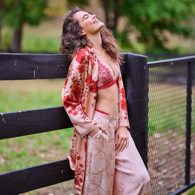 Irina Shayk diện nội y ren tôn dáng vóc tuyệt mỹ ảnh 16