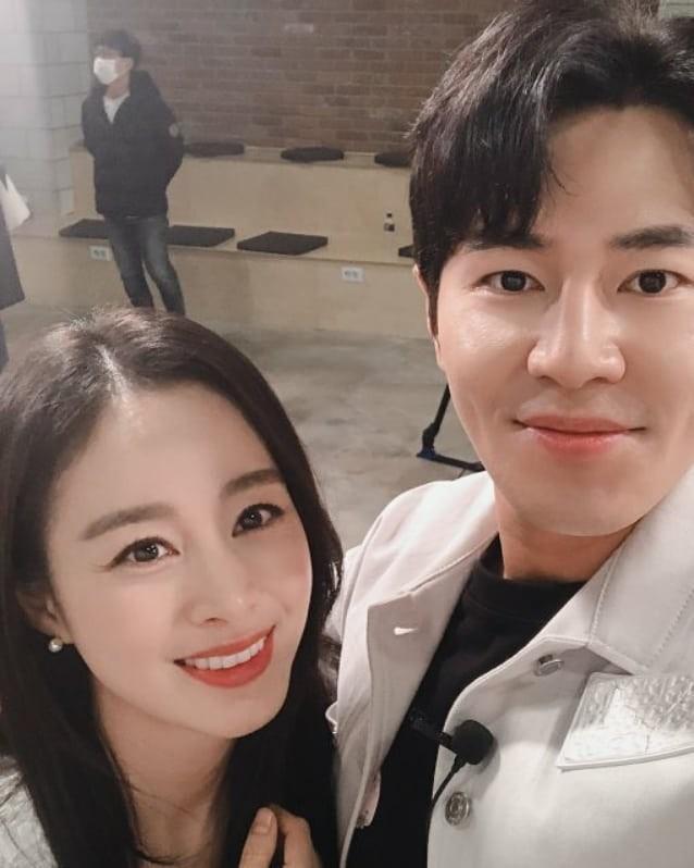 Ảnh tình tứ của vợ chồng Kim Tae Hee khiến fan 'phát sốt' ảnh 10