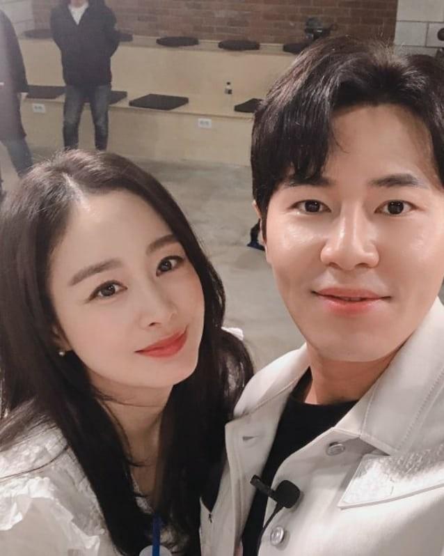 Ảnh tình tứ của vợ chồng Kim Tae Hee khiến fan 'phát sốt' ảnh 11