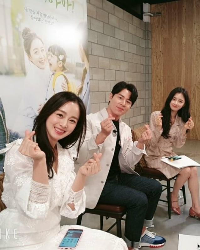 Ảnh tình tứ của vợ chồng Kim Tae Hee khiến fan 'phát sốt' ảnh 12