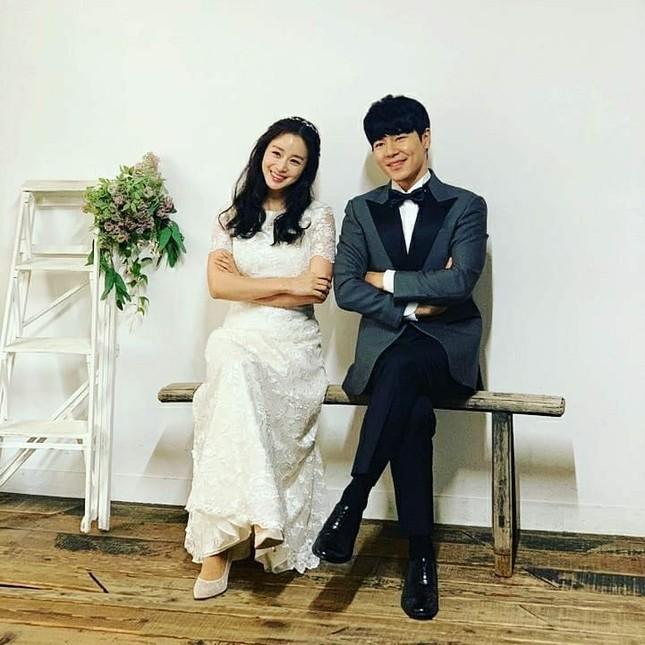 Ảnh tình tứ của vợ chồng Kim Tae Hee khiến fan 'phát sốt' ảnh 14