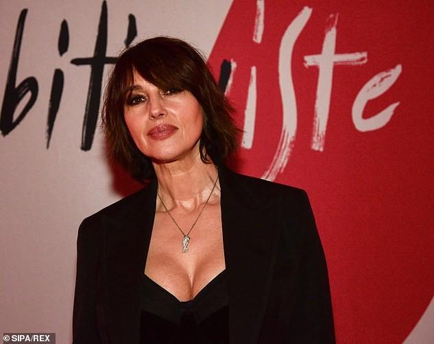 Biểu tượng gợi cảm Monica Bellucci 'lấp ló' ngực đầy ảnh 1