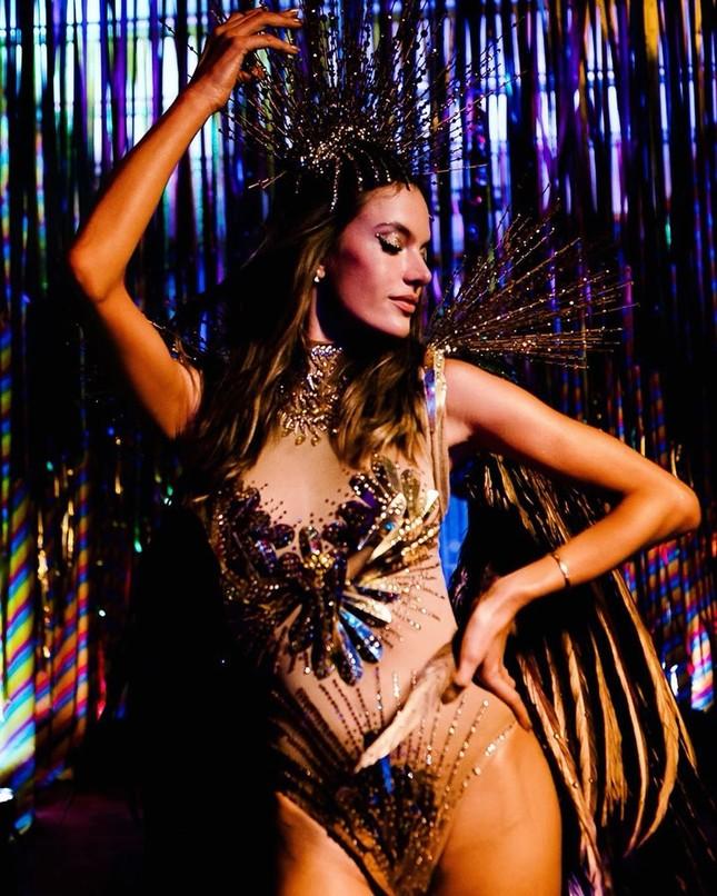 Alessandra Ambrosio mặc táo bạo 'bốc lửa' tại lễ hội carnaval ở Brazil ảnh 1