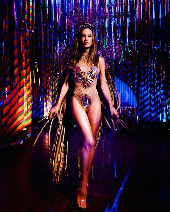 Alessandra Ambrosio mặc táo bạo 'bốc lửa' tại lễ hội carnaval ở Brazil ảnh 2