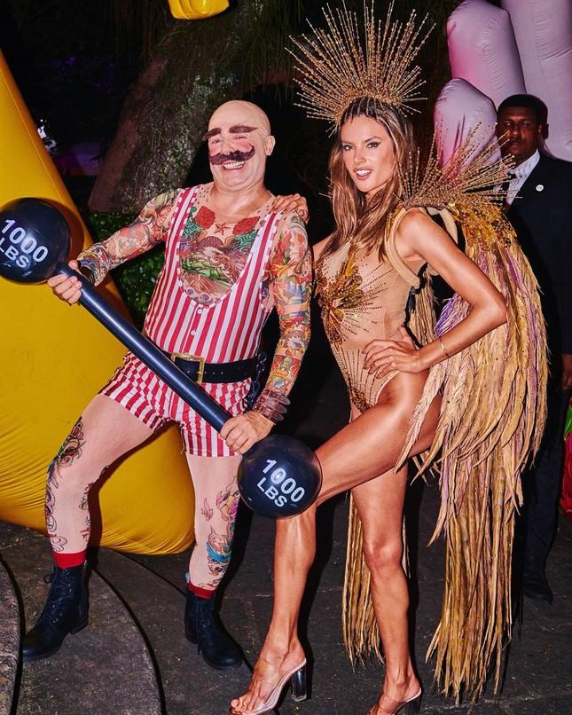 Alessandra Ambrosio mặc táo bạo 'bốc lửa' tại lễ hội carnaval ở Brazil ảnh 3