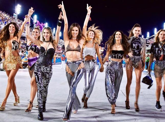 Alessandra Ambrosio mặc táo bạo 'bốc lửa' tại lễ hội carnaval ở Brazil ảnh 8