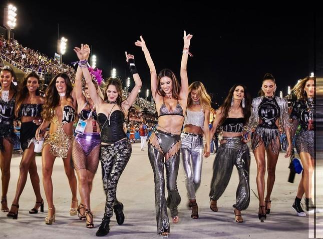 Alessandra Ambrosio mặc táo bạo 'bốc lửa' tại lễ hội carnaval ở Brazil ảnh 9