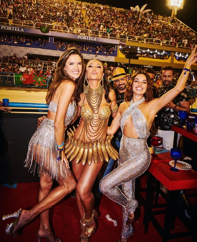 Alessandra Ambrosio mặc táo bạo 'bốc lửa' tại lễ hội carnaval ở Brazil ảnh 5