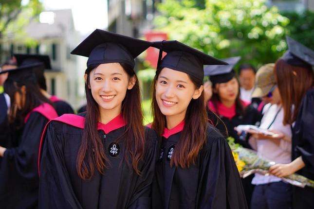 Cặp chị em sinh đôi tốt nghiệp Harvard làm MC truyền hình ảnh 1