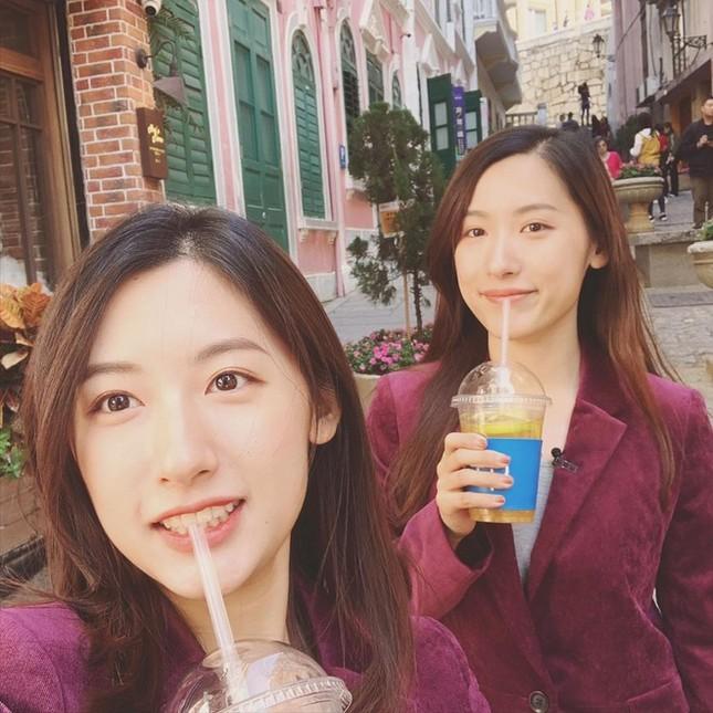 Cặp chị em sinh đôi tốt nghiệp Harvard làm MC truyền hình ảnh 3