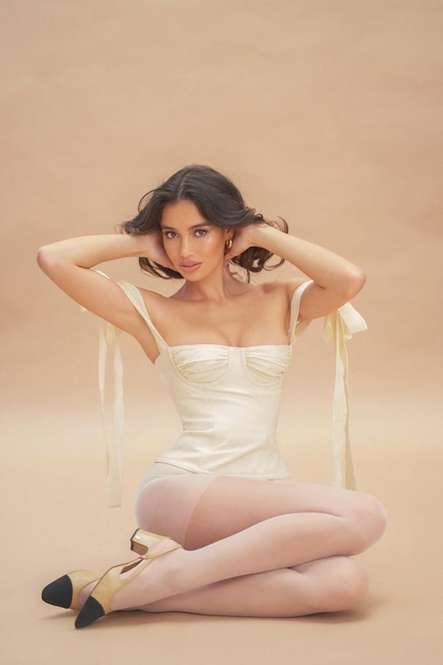 Siêu mẫu lai Kelsey Merritt nóng bỏng ngực đầy ảnh 6
