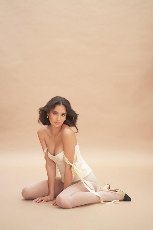 Siêu mẫu lai Kelsey Merritt nóng bỏng ngực đầy ảnh 5