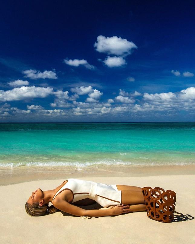 Siêu mẫu 9x Nadine Leopold đẹp hút hồn giữa nắng vàng biển xanh ảnh 4