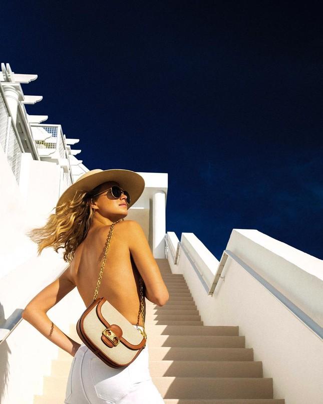 Siêu mẫu 9x Nadine Leopold đẹp hút hồn giữa nắng vàng biển xanh ảnh 3