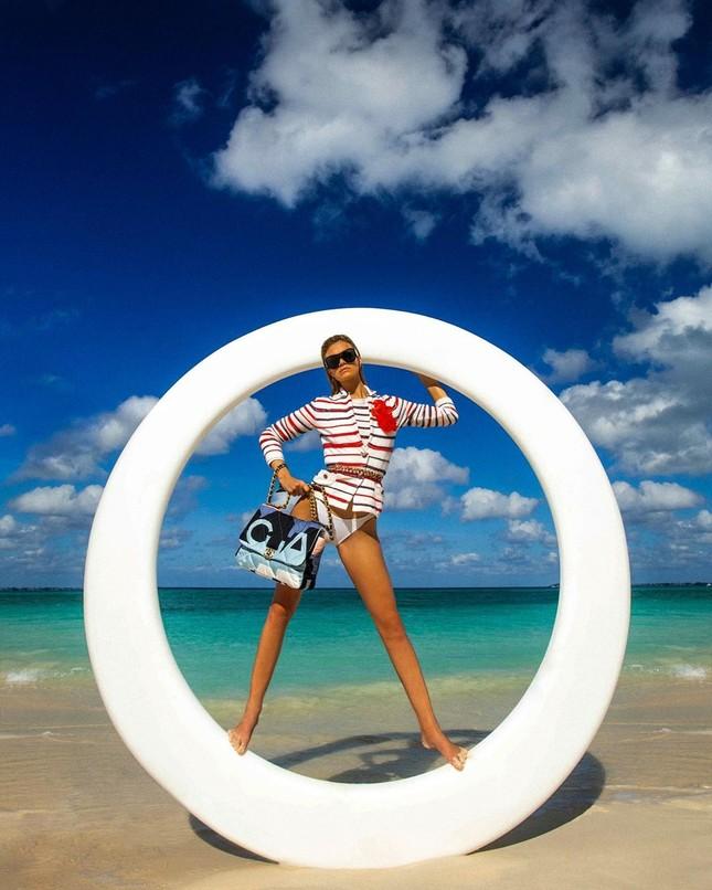 Siêu mẫu 9x Nadine Leopold đẹp hút hồn giữa nắng vàng biển xanh ảnh 6