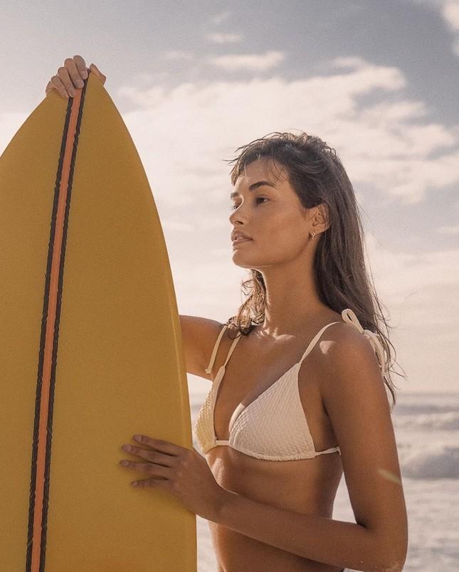 Sắc vóc nóng bỏng đậm chất Samba của người mẫu 9x Gizele Oliveira ảnh 1