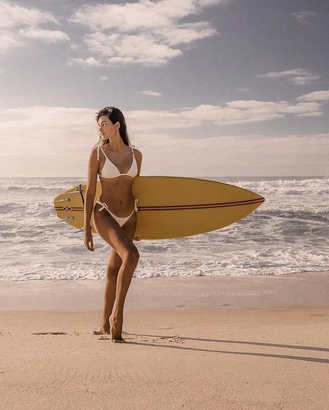 Sắc vóc nóng bỏng đậm chất Samba của người mẫu 9x Gizele Oliveira ảnh 4