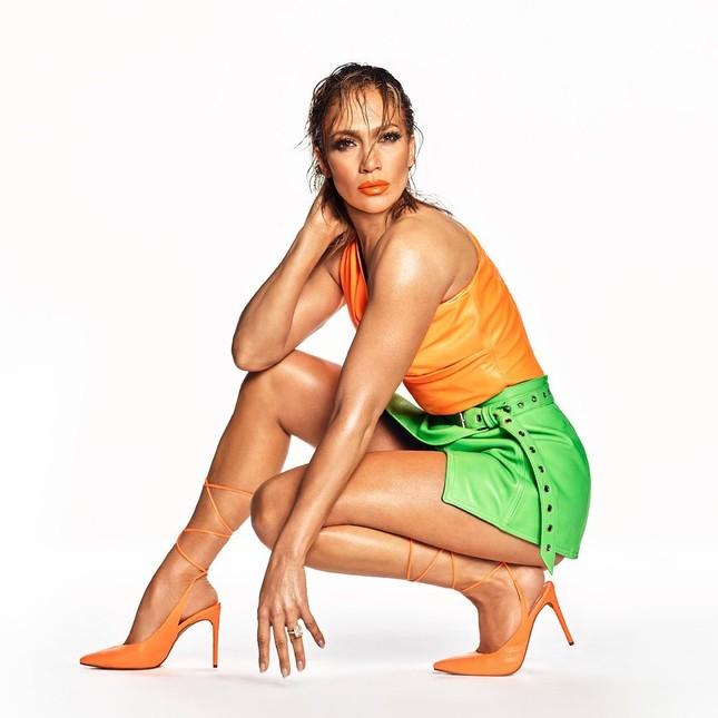 Jennifer Lopez quyến rũ 'nảy lửa' ở tuổi 50 ảnh 2