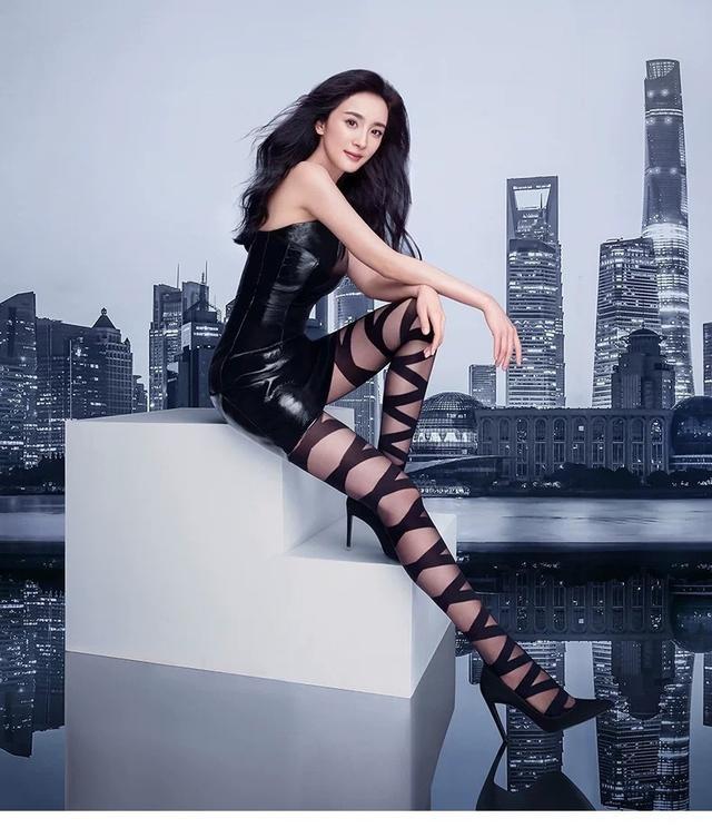 Dương Mịch mặc váy ngắn bó sát khoe chân thon dài ảnh 3