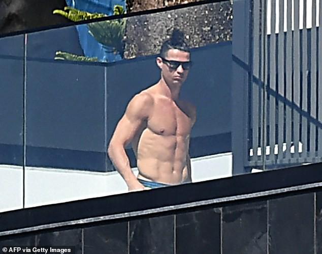 Ronaldo cởi trần tắm nắng khi tự cách ly tại nhà ảnh 2