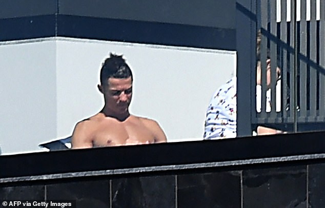 Ronaldo cởi trần tắm nắng khi tự cách ly tại nhà ảnh 3
