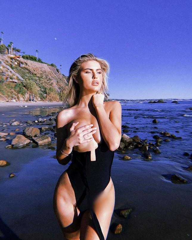 Nàng mẫu cao 1m80 Kellie Stewart hững hờ che ngực trần ảnh 5