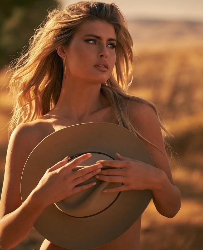 Nàng mẫu cao 1m80 Kellie Stewart hững hờ che ngực trần ảnh 13
