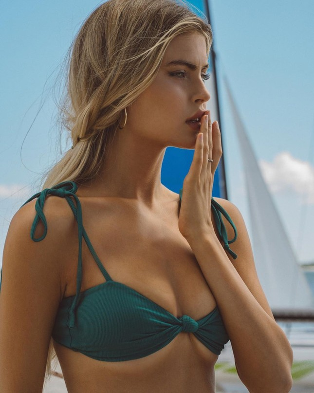Nàng mẫu cao 1m80 Kellie Stewart hững hờ che ngực trần ảnh 1