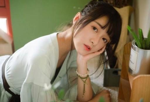 Người đẹp phim Châu Tinh Trì được lắp màn hình theo dõi khi cách ly ảnh 1