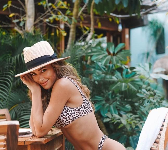 Cindy Prado mặc áo tắm tung tăng trên đường phố ở Miami ảnh 18