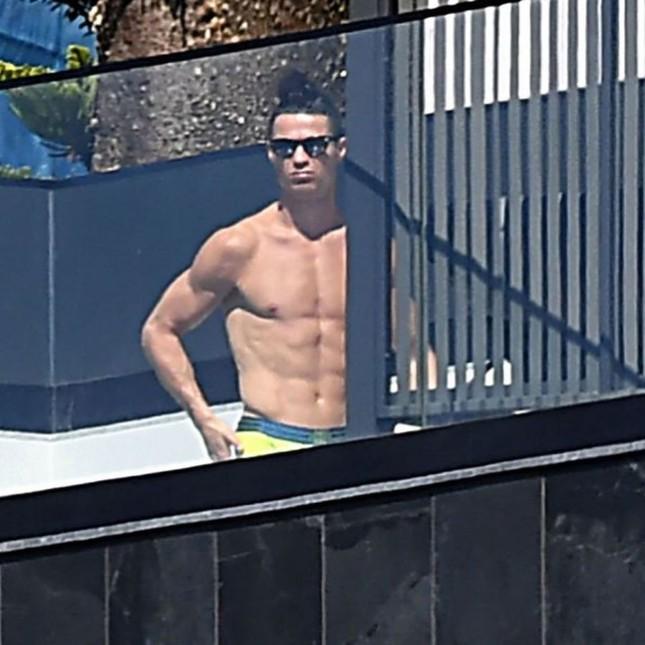 Ronaldo khoe body cường tráng như lực sĩ gây 'bão' mạng ảnh 2
