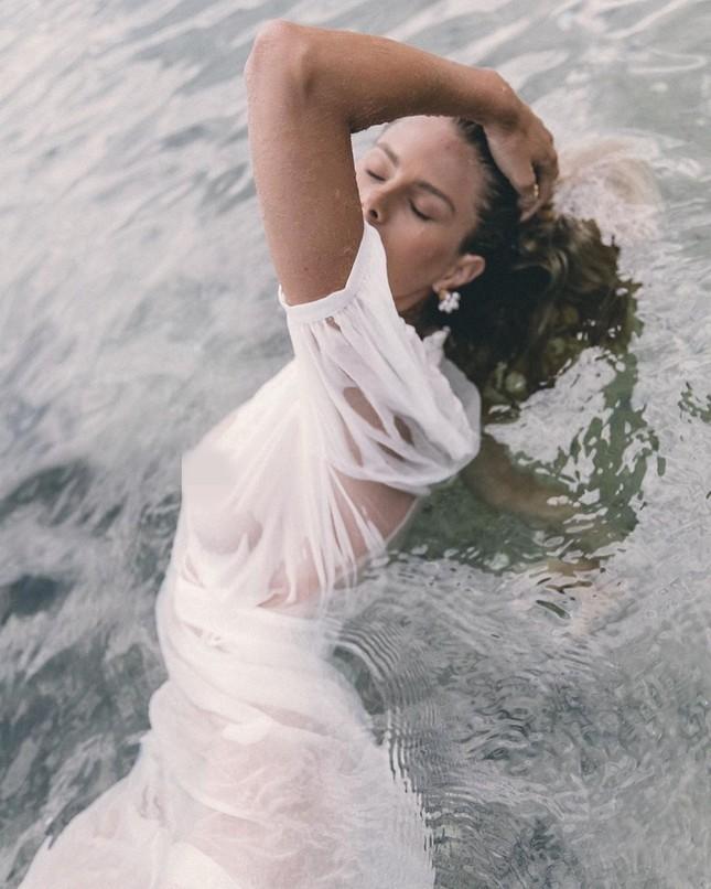 Người đẹp Úc mặc váy xuyên thấu mỏng tang lộ 'vòng 1' ảnh 6