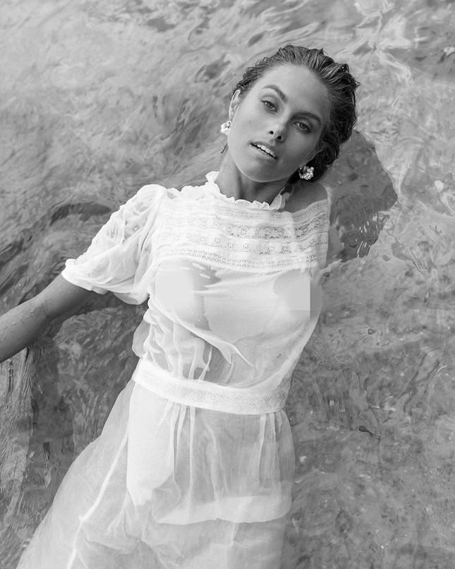 Người đẹp Úc mặc váy xuyên thấu mỏng tang lộ 'vòng 1' ảnh 4