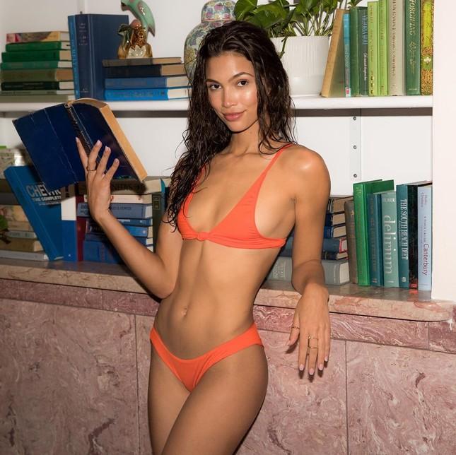'Chân dài' Kaylin Baer mặc bikini đọc sách, chơi cờ ở nhà mùa dịch ảnh 1